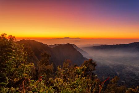 Silhouette Volcanoes mountains in Bromo Tengger Semeru National Park during Sunriset. Java, Indonesia Stockfoto