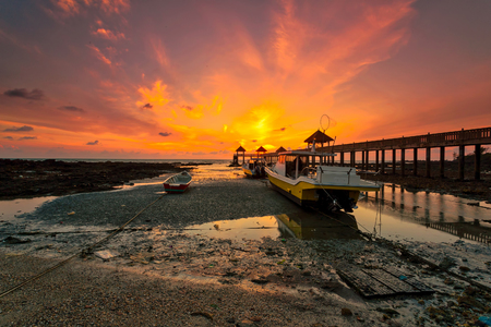 A long exposure picture of majestic sunrise with a jetty as a background at Tanjung Balau, Johore Standard-Bild - 121092387