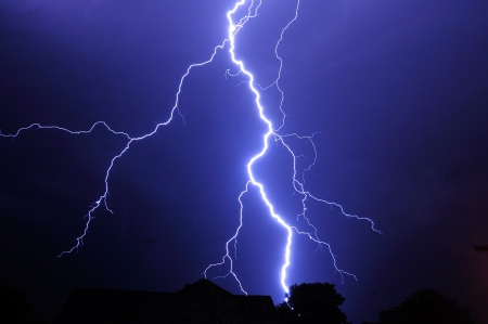Nachtaufnahme mit großen Gewitter Standard-Bild