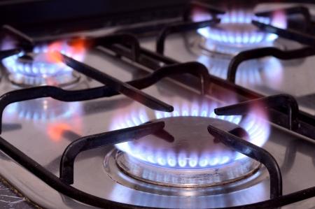 ガスの台所用レンジから火のクローズ アップ ショット