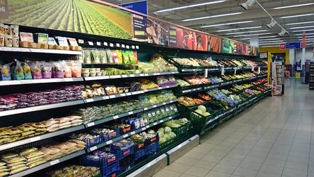 tiendas de comida: Refrigerador por completo de las verduras en el supermercado.