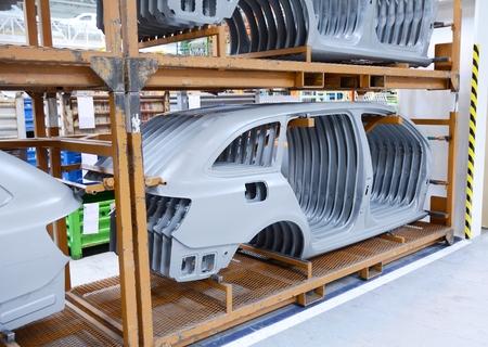 Hoja de metal estampado partes para el nuevo coche en la fábrica de automóviles. Foto de archivo