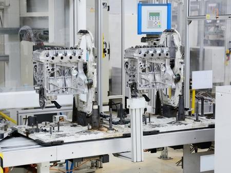 Fertigungslinie zur Herstellung der Motoren in der Autofabrik. Lizenzfreie Bilder