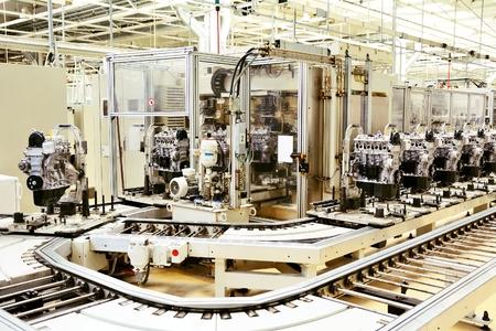 assembly: Línea de producción para la fabricación de los motores en la fábrica de automóviles. Foto de archivo
