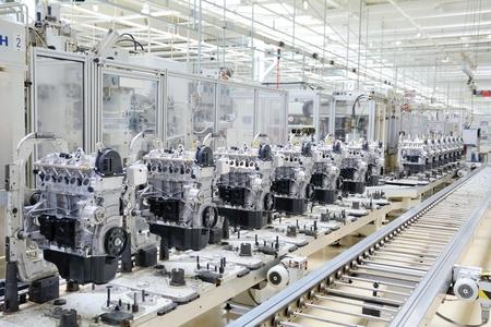 mecanica industrial: L�nea de producci�n para la fabricaci�n de los motores en la f�brica de autom�viles. Foto de archivo
