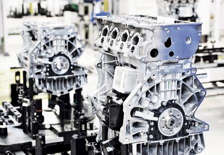 ensamblaje: Línea de producción para la fabricación de los motores en la fábrica de automóviles. Foto de archivo