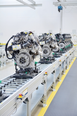 工場内の生産ライン上で新しく製造されたエンジン。