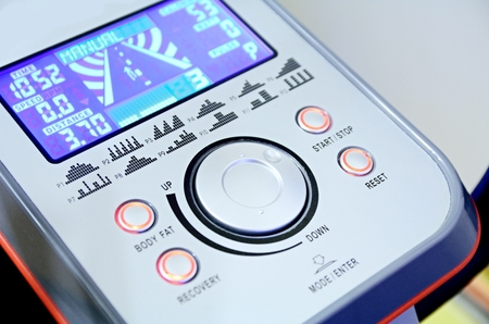 eliptica: Panel de control de la máquina elíptica con botones y la pantalla.