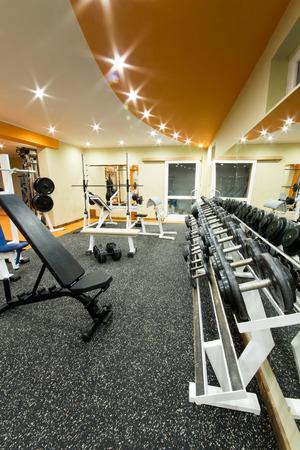 Binnenlandse mening van een fitnessruimte met apparatuur Stockfoto
