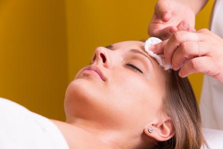 pulizia viso: La donna sta avendo un trattamento cosmetico al salone di bellezza