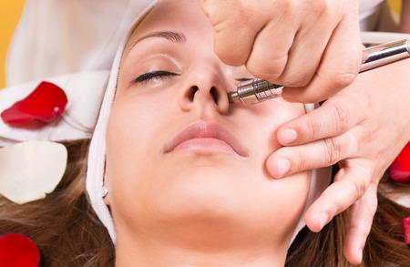 equipo: Mujer que consigue el láser y ultrasonido tratamiento facial en el spa médico, concepto rejuvenecimiento de la piel Foto de archivo