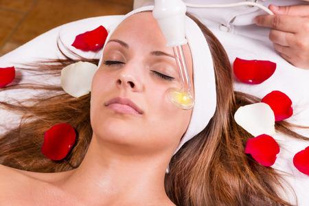 Ozonbehandlung im Gesicht bei der Kosmetikerin.