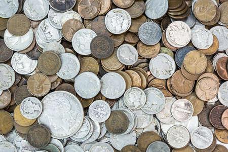 monete antiche: Uno sfondo di vecchie monete degli Stati Uniti tra cui soldi indietro grano, penny Indianhead, nichel, mercurio bufali dimes e dollaro d'argento