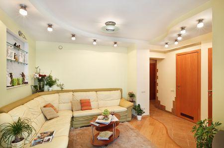 leren bank: Salon interieur met beige lederen sofa en passage
