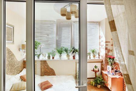 balcony door: Vista interior del dormitorio soleado a trav�s de la puerta balc�n