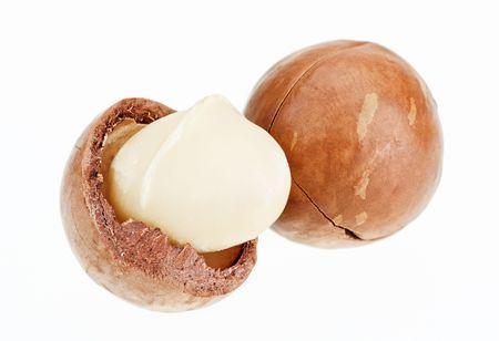 macadamia: D�coquill�s et non les noix de macadamia isol�es sur blanc, tourn� avec une profondeur de champ haute remarquable