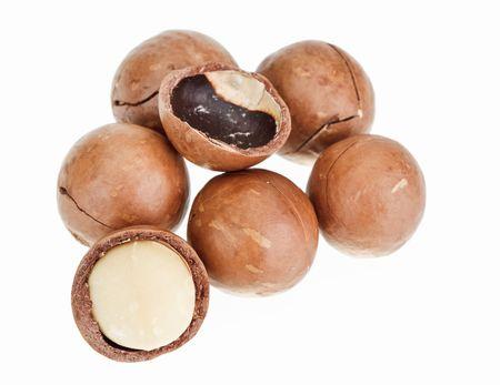 macadamia: Bombard�e et les noix de macadamia en coque isol�e sur fond blanc
