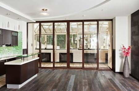 parquet floors: Salotto moderno (studio) e interni di cucina con balcone e pavimento in legno scuro, frontale ampio angolo di visualizzazione