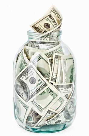 frasco: Muchos billetes de 100 d�lares de los Estados Unidos en un vaso jar aislado sobre fondo blanco