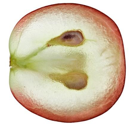 Translucide tranche de fruits rouges de raisin, macro isolé sur fond blanc  Banque d'images