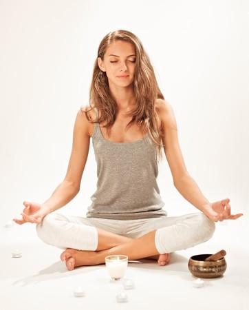 composure: Giovane donna bella meditando nella posa di loto Archivio Fotografico