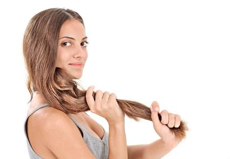 Hermosa y joven dama Morena, jugando con largos pelos en blanco  Foto de archivo - 7907757