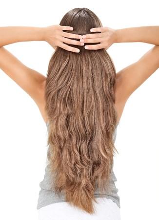 Dame brune tenant de longs poils, vue du côté arrière isolé sur fond blanc
