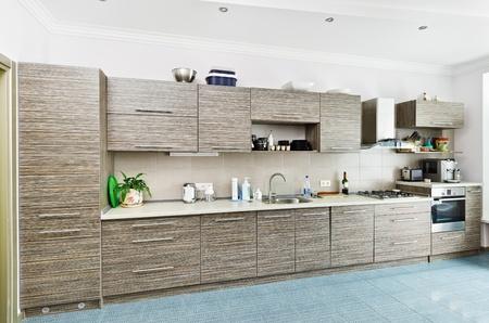 azulejos cocina: Interior de cocina de estilo de minimalismo moderna con muebles gris con dibujos Foto de archivo