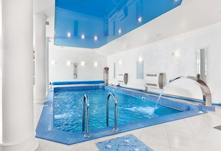 Overdekt zwembad grote blauwe interieur in moderne mini mal isme stijl