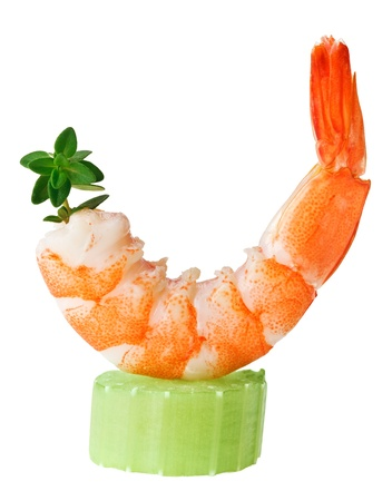 gamba: Canapé de camarón con una ramita de apio y tomillo, aislado en macro blanco