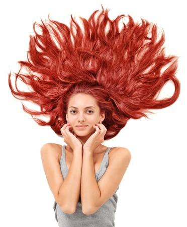 Femme jeune redhead magnifique avec des poils longs dispersés sur fond blanc Banque d'images