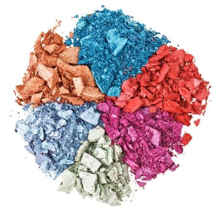 Aantal gebroken multicolor oogschaduw, geïsoleerd op witte macro Stockfoto