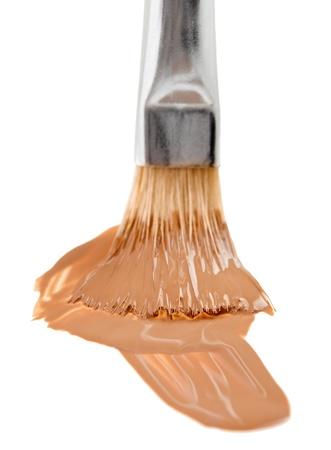 concealer: Beige liquido trucco tratto di fondazione con una spazzola, isolato su bianco Archivio Fotografico