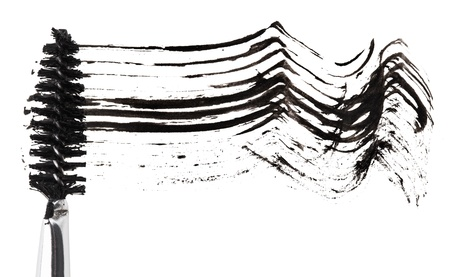 Carrera de rimel negro con pincel aplicador, aislado en blanco macro