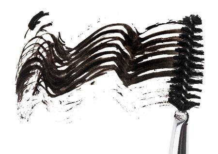verschmieren: Hub von schwarzem Mascara mit Pinsel-Applikator, isoliert auf wei�em Makro