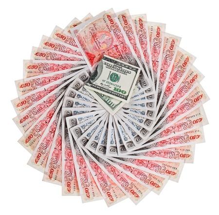 sterlina: Molte banconote da 50 sterline sterlina banca con 100 dollari a ventaglio, isolato su bianco