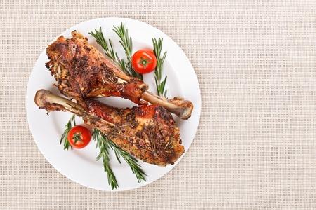 Gebratener Truthahn Beine auf weißen Teller mit Kirschtomaten und Rosmarin Standard-Bild - 12515987