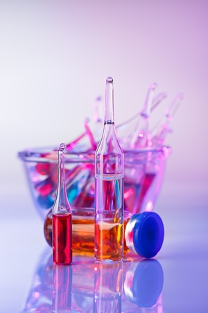 Medische ampullen stilleven in levendige violette kleuren