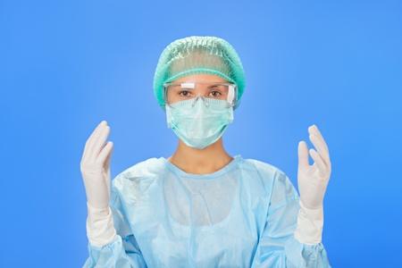enfermera con cofia: Joven m�dico cirujano hermosa (mujer) antes de la operaci�n en el azul Foto de archivo