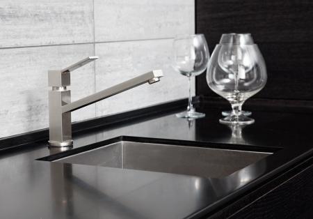azulejos cocina: Fregadero de la cocina moderna con grifo de metal y m�rmol negro