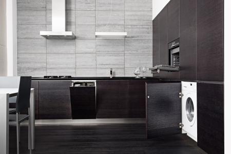 cucina moderna: Parte di cucina in legno nero con build-in tecnica nazionale Archivio Fotografico