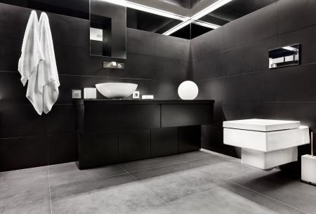 bathroom faucet: Moderno cuarto de ba�o interior minimalista en tonos blancos y negros