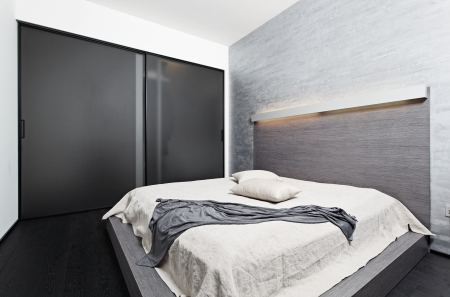 glass bed: Moderno minimalismo camera da letto interni in stile nei toni del beige
