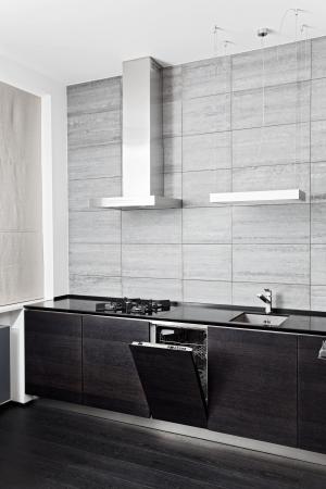 azulejos cocina: Parte de cocina de madera negro con construir-en el lavavajillas Foto de archivo