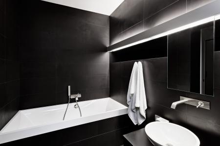 tub: Moderno cuarto de ba�o interior minimalista en tonos blancos y negros