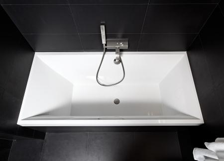 Weißes Quadrat Badewanne Im Modernen Schwarz-Weiß-Badezimmer ...
