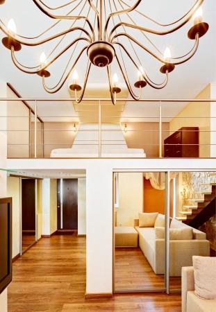 Moderne Zwei Hohe Wohn Und Schlafzimmer Interieur Mit Kronleuchter In Beige Tönen  Standard