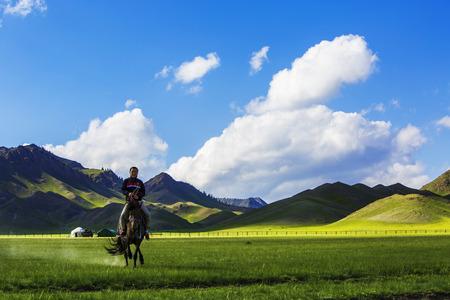 xinjiang: Homme à cheval à la prairie