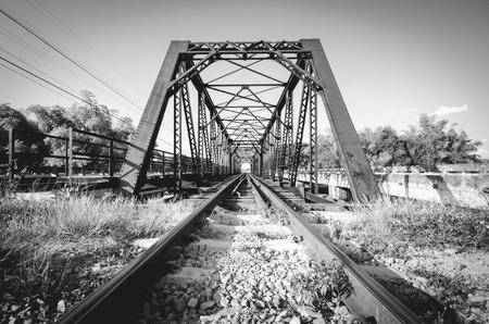 tiefe: Schwarz-Weiß-Foto, Eisenbahnbrücke in Thailand