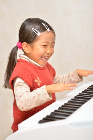 i kids: Girls playing the piano